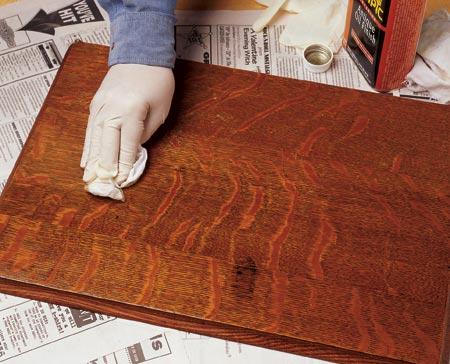 Для того чтобы покрыть мебель лаком вам понадобится специальный тампон...