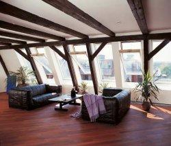 Потолок в мансарде повторяет форму крыши, и в зависимости от нее может быть одно- или двухскатным.