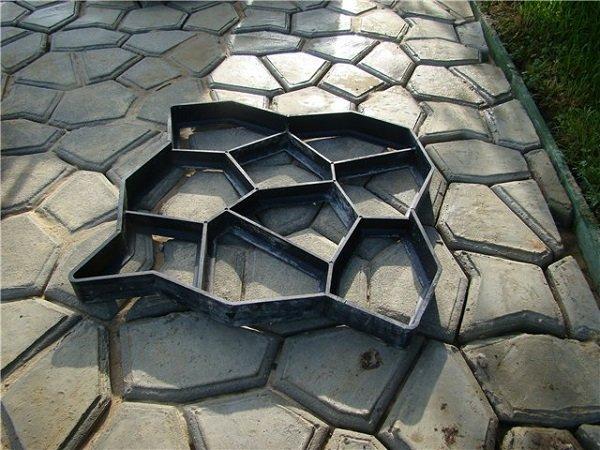 Дорожки на даче из бетонного камня