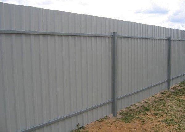 Забор на даче из профнастила