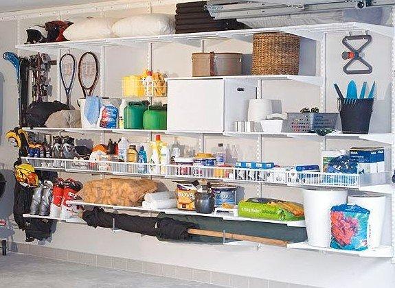 Разложенные вещи в гараже