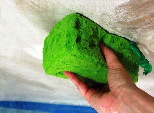 Как смыть побелку с потолка и стен быстро и качественно?