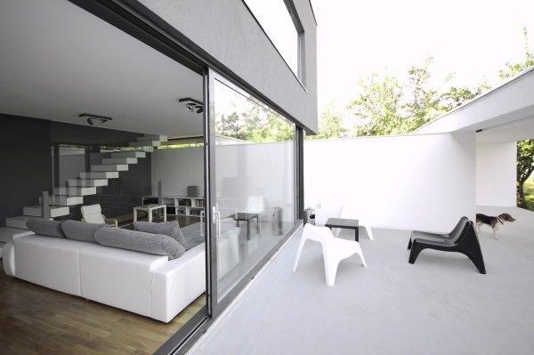 Дом в чёрно-белом стиле