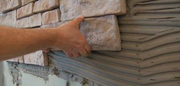Укладываем камень на стену