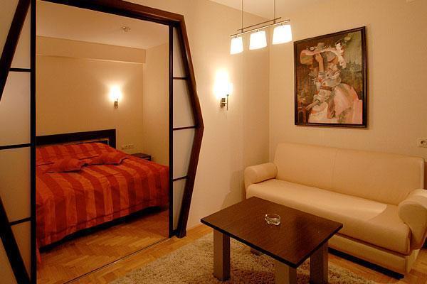 Как сделать из одной большой комнаты две фото: http://kriviryki.ru/kak-sdelat-iz-odnoy-bolshoy-komnaty-dve.html