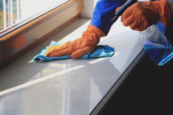 Очистка подоконника спреем для стекол