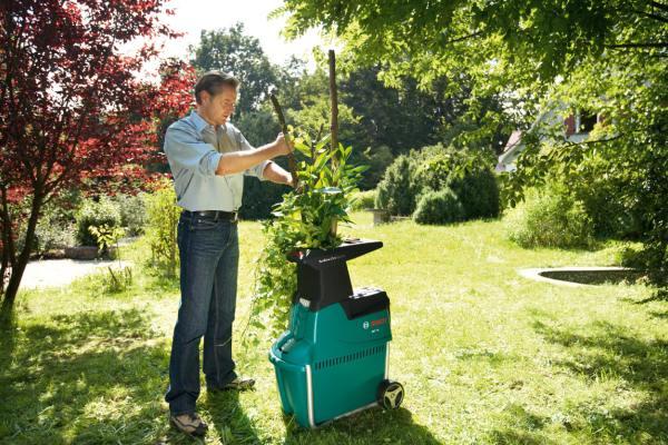 Садовый измельчитель утилизирует ветки