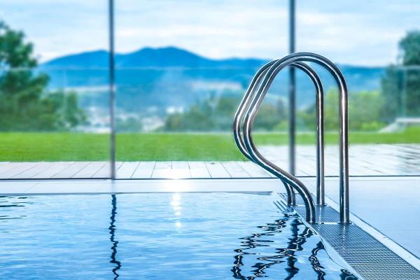 Скиммерный или переливной — какой бассейн выбрать?